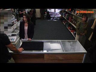 ग्राहकों की पत्नी गड़बड़ सींग मोहरे आदमी के साथ में बैकरूम में