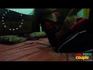 भारतीय जोड़े धूप और सोना बेडरूम कट्टर सेक्स में