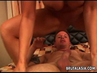 busty और असली गर्म एशियाई कुतिया गधा fucked हो जाता है