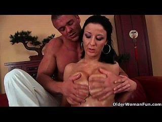 बड़े स्तन के साथ फुटबॉल माँ सोफे पर drilled हो जाता है