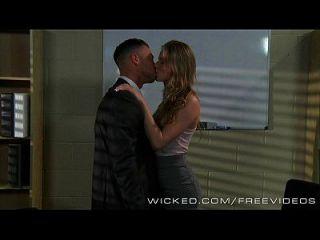 दुष्ट जिलियन जेन्सन जानता है कि मालिक क्या चाहता है