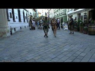 सार्वजनिक सड़कों पर नग्न श्यामला नग्न