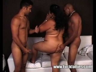 सेक्सी वसा लैटिना काले लंड के साथ उसके छेद में fucked