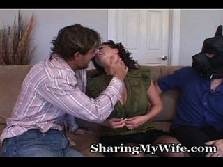 विनम्र पति के साथ शरारती पत्नी