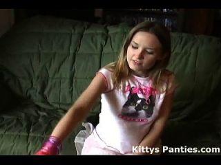 खूबसूरत किशोरों की किटी ने एक छोटे से मिन्स्कर्ट में उसे जाँघिया चमकती