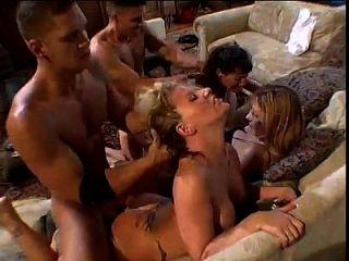 कुछ सेक्सी महिलाओं के साथ गर्म नंगा नाच