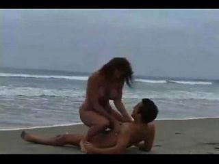 जोड़े समुद्र तट पर मुश्किल कमबख्त