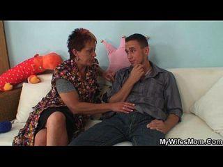 मुर्गा भूखा माँ कानून seduces और उसे सवारी