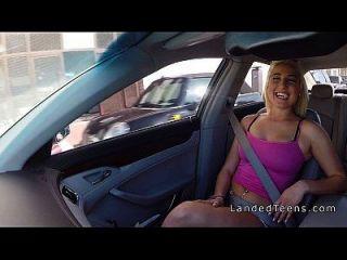 गोरा किशोरों कार में अजनबी दोस्त बैंग्स
