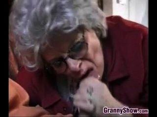 नानी और इस जवान आदमी यौन संबंध रखने वाले