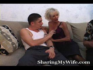 बूढ़े माँ पति के सामने युवा लड़के fucks