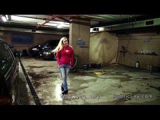 सार्वजनिक गैरेज में महिला बॉस वांकिंग मुर्गा