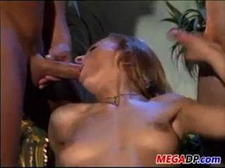 सींग का बना वेश्या ट्रिपल penetrated हो रही है