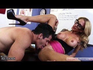 busty सेक्स शिक्षक सरह जेसी fucked हो जाता है