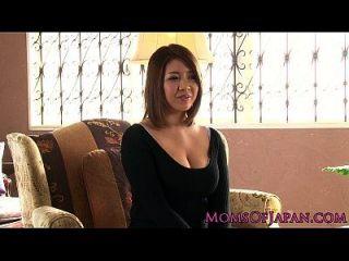 परिपक्व जापानी माँ toyed और throatfucked