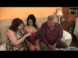 उसके प्रेमी 3 के बीच में अपने परिवार के साथ आता है