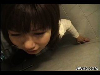 slutty एशियाई फूहड़ कुत्ते शैली शौचालय में fucked है