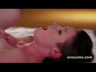 एम्मा बर्फ उसके गुलाबी योनी कठिन पकड़ा जाता है