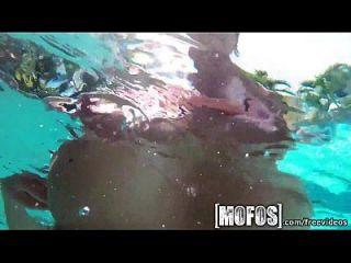 पूल द्वारा बड़े स्तन mofos फिल्म पर पकड़े गए