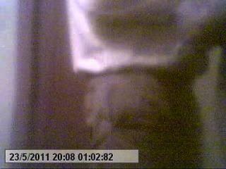 एस्पोसा पुडा डूबुइएर्टा कॉस र अमेंते पोर कैमरा एस्कॉन्डिदा पोर मील (एल कॉर्नुडो)