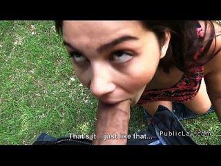 busty और बालों वाली इतालवी छात्र fucks pov में पार्क