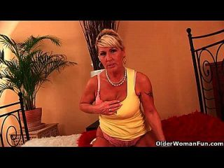 उसके फांसी बड़े स्तन के साथ दादी renata उसके बालों योनी dildoing है