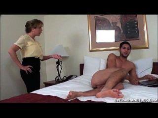 एक नग्न युवा दोस्त बंद शरारती milf झटके