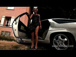 गर्म किशोरों ज़ुज़ाना धीरे-धीरे एक सेक्सी कार के गर्म शीर्ष पर स्ट्रिप्स