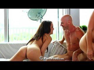 HD pornpros दो सुंदर किशोर एक बड़ा मुर्गा साझा