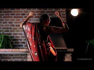 भव्य पतली भारतीय किशोर कामुक नृत्य और उंगली कमबख्त