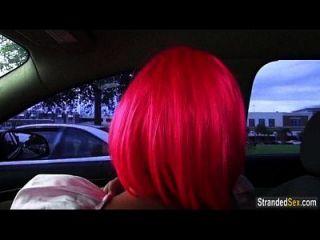 गुलाबी बाल के साथ किशोरों की नटाली मुनरो चूसने के लिए एक सवारी और मुर्गा पाती है