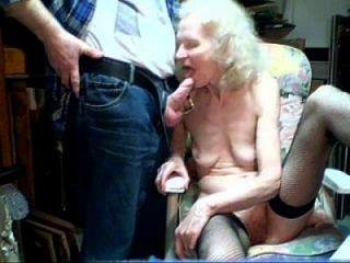 दादी 87 वर्षीय चूसना लड़का