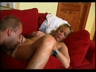 एक युवा लड़के के साथ कोको चेक परिपक्व महिला
