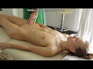 नग्न मालिश ब्लोंड सेक्स पागल दृश्य 1 हो जाता है