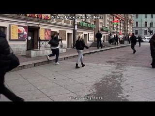 सार्वजनिक शौचालय में कमशॉट्स के साथ समूह सेक्स