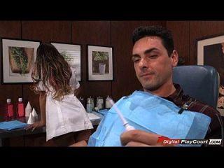 अगस्त एम्स एक रोगी के साथ दंत चिकित्सक उपकरण के साथ खेलते हैं
