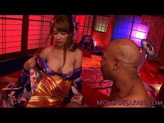 एशियाई किमोनो milf बीबीसी उसे तेज़ प्यार करता है