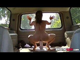 बेब चलती वैन में बड़े dildo की सवारी