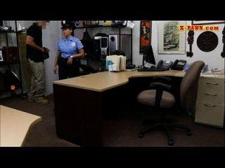 विशाल स्तन पुलिस अधिकारी पैसे के लिए मोहरा दुकान पर गड़बड़