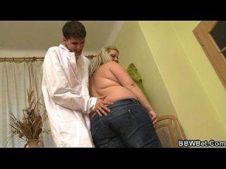 गंदी चिकित्सक अपने विशाल रोगी को भेजता है