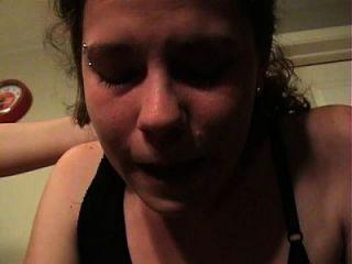 लड़की बीमार उपद्रव उल्टी पीटकर उल्टी और गैगिंग को रोकती है