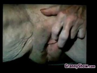 दादी उसके बहुत ढीली बिल्ली के साथ खेलता है