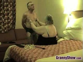 किंकी दादी और उसके पति मज़ा कर रहे हैं