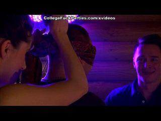 छात्र लड़की एक सेक्स पार्टी में जंगली हो जाती है
