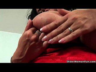 बड़े स्तन के साथ फुटबॉल माँ दो dildos के साथ खुद को fucks
