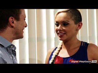 सेलेना आखिरकार उसके मालिक को उसके क्रश के बारे में कबूल करती है