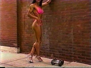 फिटनेस लड़की बाहर महान शरीर दिखावा