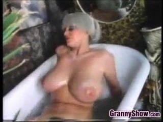 स्नान टब क्लासिक में busty दादी