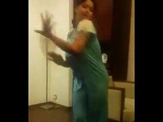 बड़े स्तन के साथ भारतीय चाची नृत्य