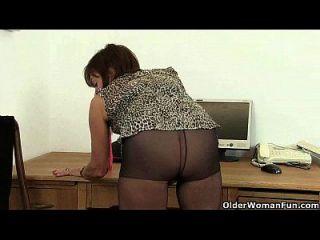 कल्पना करो उसे कार्यालय में कर रही है